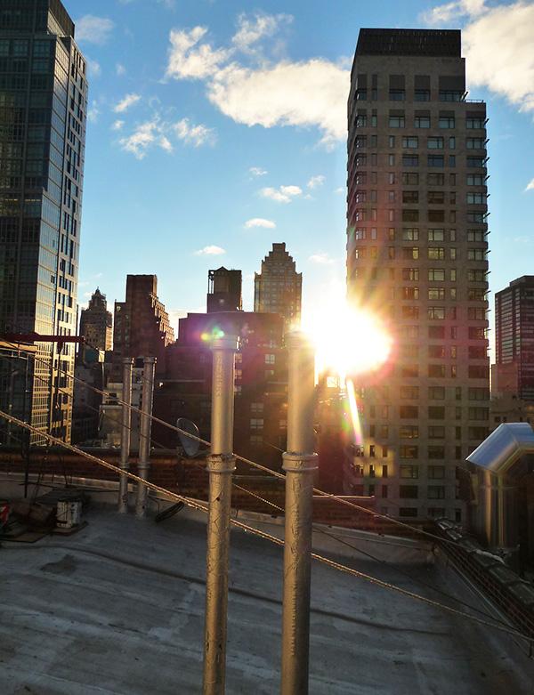 Morgensol på tagtoppen af vores hotel